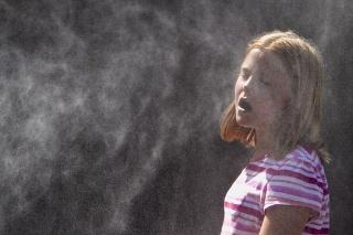 Ľudia sa v horúčavách chladia rôznymi spôsobmi. Napríklad aj vodou.
