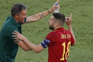 Na snímke vľavo tréner španielskych futbalistov Luis Enrique, vpravo jeho zverenec a kapitán mužstva Jordi Alba.