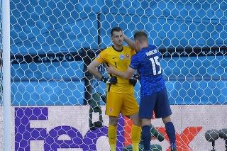 Na snímke slovenský futbalista Tomáš Hubočan (vpravo) utešuje brankára Martina Dúbravku po vlastnom góle, ktorý si dal po brvne Španiela Pabla Sarabiu v zápase základnej E-skupiny Slovensko - Španielsko.