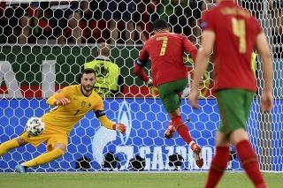 Kapitán Portugalska Cristiano Ronaldo strieľa gól zo značky pokutového kopu