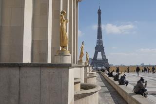 Mnohí Parížania metropolu opustili ešte pred piatkovou polnocou, po ktorej vstúpili nové reštrikcie do platnosti.