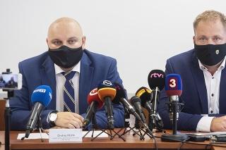 Vľavo riaditeľ odboru ekonomickej kriminality Ondrej Repa a vpravo prezident Finančnej správy SR Jiří Žežulka