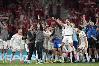 Na snímke hráči Dánska a členovia realizačného tímu oslavujú víťazstvo 4:1 a postup do osemfinále po zápase základnej B-skupiny Rusko - Dánsko.