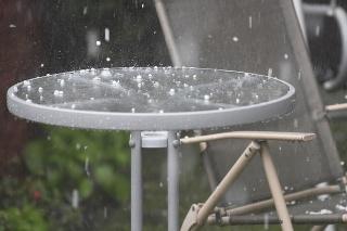Na severe krajiny sa môžu poobede vyskytovať búrky s krúpami (ilustračné foto)