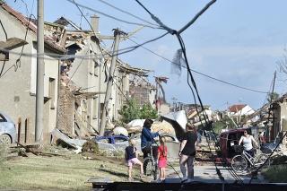 Tornádo a silné búrky na južnej Morave si vyžiadali najmenej štyri obete, stovky ranených a obrovské škody.