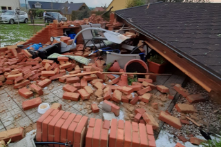 Búrka poškodila obec Stebno pri meste Kryry na severovýchode Česka. Nevylučuje sa, že zasiahlo tornádo.