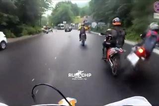 Vodič motorky podcenil mokrú cestu