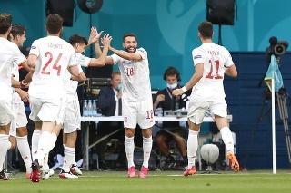 Španielsky hráč Jordi Alba (uprostred) oslavuje so spoluhráčmi úvodný gól v zápase štvrťfinále Švajčiarsko - Španielsko na EURO.