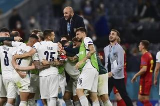Talianski futbalisti oslavujú postup do semifinále po víťazstve 2:1 nad Belgickom.
