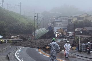 Masy bahna a sutín zatarasili cestu v japonskom prístavnom meste Atami po zosuve pôdy.