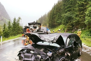 Autonehodu neprežil sedemdesiatročný muž a jeho o dva roky mladšia družka bola v kritickom stave prevezená do nemocnice.