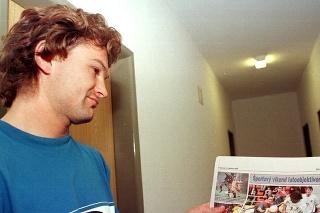 Na snímke útočník Jozef Majoroš st. ukazuje žurnalistom svoju snímku v novinách zo sobotňajšieho zápasu s Lichtenštajnskom.
