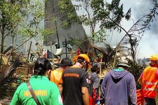 Záchranári zasahujú po zrútení  vojenského lietadla typu C-130 pri nevydarenom pokuse o pristátie na filipínskom ostrove Jolo v regióne Sulu v nedeľu 4. júla 2021.