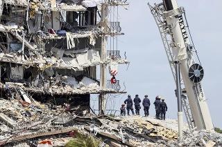 Príčiny pádu budovy v bytovom komplexe Champlain Towers South sú predmetom vyšetrovania.