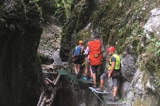 Turistka sa pošmykla cestou k Obrovskému vodopádu.