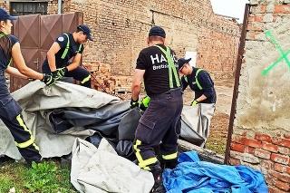 Račianski záchranári sa s vervou pustili do odpratávania katastrofy po tornáde.