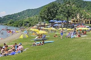 Príjemnú vodu slovenského mora si užívajú najmä rodiny s deťmi.