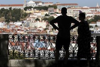 Dvojica sa pozerá na mesto Lisabon v Portugalsko.