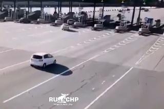 Nepozornosť na cestách: Vodič si nevšimol mýtnu stanicu a napálil to rovno do nej