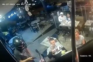 To je teda hlad! Muž si v čase lúpeže naďalej vychutnáva večeru v reštaurácií