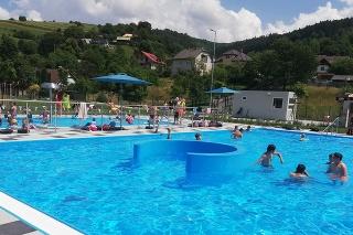 Obnovené letné kúpalisko v Hriňovej je po 22 rokoch otvorené pre ľudí.