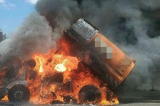 Hasiči likvidujú požiar vozidla v Bratislave.