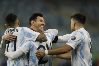 Argentínčan Lionel Messi sa raduje so spoluhráčmi