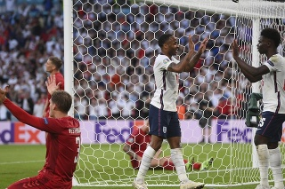 Anglický hráč Raheem Sterling  (druhý sprava) oslavuje úvodný gól v zápase semifinále Anglicko - Dánsko na EURO 2020 vo futbale.