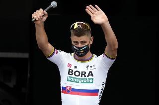 Slovenský cyklista Peter Sagan z tímu BORA-hansgrohe máva divákom počas predstavenia tímov pred sobotňajším štartom 108. edície legendárnych cyklistických pretekov Tour de France.