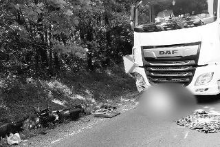 Motorkár neprežil zrážku s kamiónom.