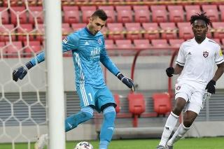 Na snímke vpravo hráč Trnavy Bamidele Yusuf a brankár Slovana Dominik Greif.