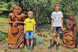 Bračekom Miškovi (vľavo, 5) a Matúšovi (12) sa páčili postavičky Marienky a Zlatej priadky.