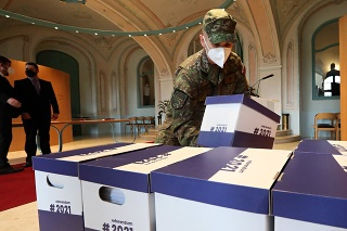 Na referendum o predčasných voľbách vyzbierali takmer 600-tisíc podpisov.