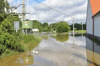 Po búrkach platia výstrahy pred záplavami, tisícky ľudí sú bez elektriny.