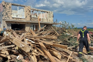 Na snímke odstraňovanie škôd v juhomoravskej obci Lužice.