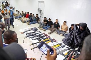 Pred zadržanými osobami polícia vystavila aj zaistené zbrane.