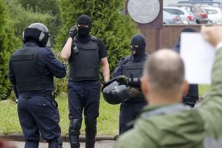 Ozbrojené zložky pred protestujúcim v Bielorusku.