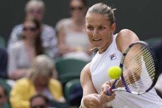 Česká tenistka Karolína Plíšková odvracia loptičku Bieloruske Aryne Sabalenkovej v semifinále dvojhry na grandslamovom tenisovom turnaji Wimbledon.