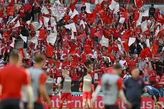 Dánski fanúšikovia skandujú pred  zápasom semifinále Anglicko - Dánsko na EURO 2020 vo futbale.