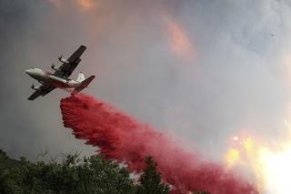 V Kalifornii vyčíňa ďalší lesný požiar.