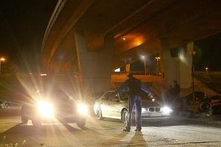 Čierna Škoda Superb, ktorú vlastnia dopraváci, prefrčala okolo pretekajúcich áut so zapnutým majákom o 2. hodine ráno.