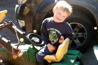 Štvorročný Harry zomrel po tom, ako ho vlastný strýko prešiel traktorom.