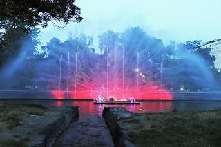 Po západe slnka sa v parku tvorí pokojná a romantická atmosféra.