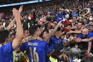 Talianski futbalisti oslavujú titul na EURO 2020 vo futbale na štadióne Wembley v Londýne.