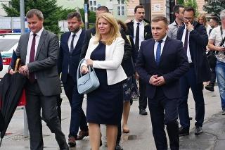 Vľavo prezidentka SR Zuzana Čaputová a v popredí vpravo primátor mesta Dolný Kubín Ján Prílepok
