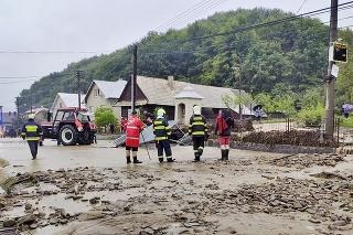 Neporiadok upratovali v dedine aj desiatky hasičov.