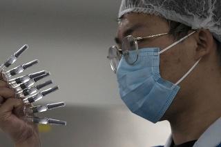 Zamestnanec kontroluje ampulky s vakcínou proti novému typu koronavírusu v závode farmaceutickej firmy  SinoVac v Pekingu.