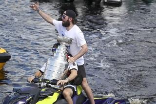 Hokejisti Tampy Bay Lightning oslavujú s fanúšikmi Stanleyho pohár.
