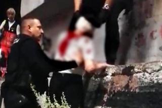 Policajti pomohli žene, ktorá spadla z Mosta SNP.