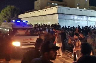 Ľudia sa zhromaždili pred nemocnicou, v ktorej hospitalizujú pacientov s ochorením COVID-19 po požiari v juhoirackom meste Násiríja v utorok v skorých ranných hodinách 13. júla 2021.
